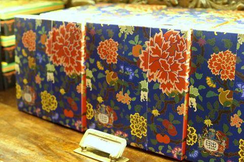 台湾台中市にある「宮原眼科」は、台湾人のみならず外国人観光客も多く訪れる人気のお菓子屋さんです。アイスクリームが有名な宮原眼科ですが、こちらのパイナップルケーキを始めとするお菓子たちもお土産として高評価のものばかり!そして箱などの包装も美しすぎるのです。そこで今回は大人気の台湾台中・宮原眼科で絶対買いたい、おすすめのお土産4選をご紹介いたします。台湾土産を選ぶのに、ぜひご参考になさって下さい♪