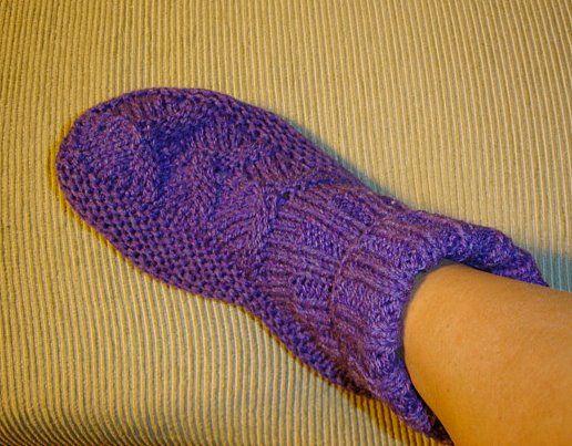 Sapatinho de dormir   Quentinho e muito confortável, calça bem em pés tamanho 36 a 38.Gostoso de tricotar e de usar!     Ag. retas nº4Lã P...