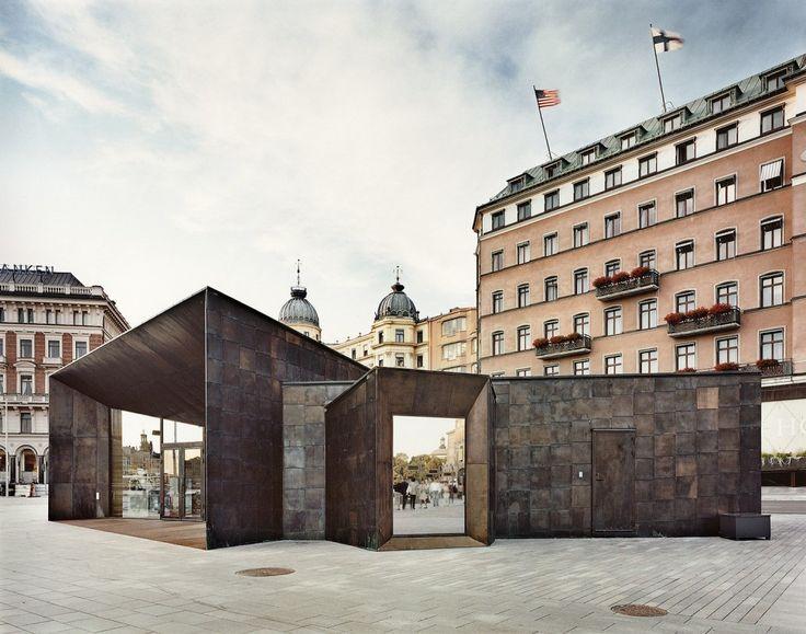 Il Terminal dei traghetti è rivestito da ottone brunito, armonizzandosi bene con le facciate in pietra e stucco sullo sfondo e con visuali aperte verso il palazzo Reale di Stoccolma, Svezia. #CopperAwards2015