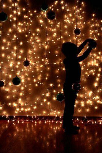 小さい頃いつも母がクリスマスの時に庭にライティングの装飾をしてくれたのでその記憶があります。