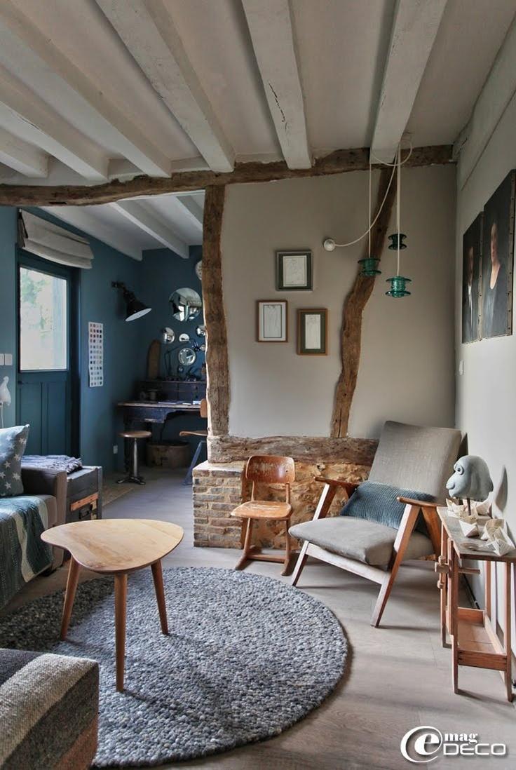 Salon de charme avec ses poutres apparentes et son mobilier bois