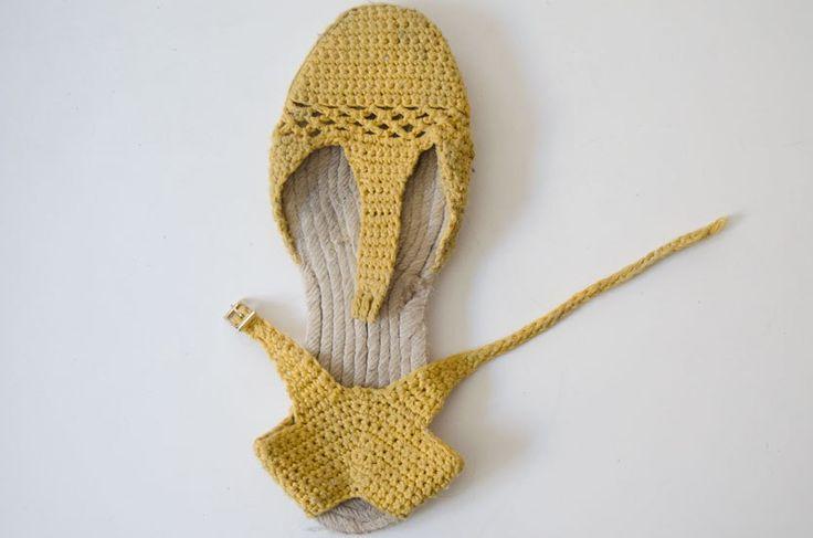 Feliz Juevessss!!!!!!! Cuando fui a comprar los materiales para hacer el DIY de las Plataformas de Esparto aproveché y me compré varias suelas más para hacer pruebas y crear mis propias sandalias de crochet para el verano. Me ha llevado bastante tiempo crear el patrón...
