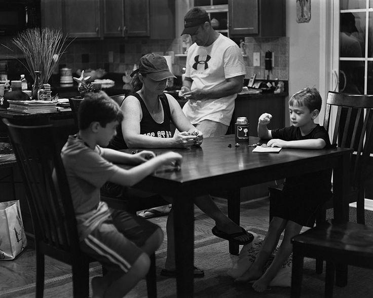 Ce photographe retire les smartphones de ses clichés pour dénoncer notre terrible dépendance à la technologie