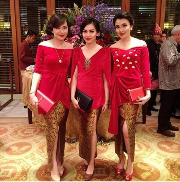 kebaya polos warna merah rok batik modern