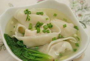 """Resep Membuat Pangsit Kuah Isi Daging Ayam Dan Udang [IklanGA] Kalau kita sedang makan mie ayam jamur, biasanya selalu ditemanin dengan pangsit ataupun baso. Namun tahukah anda asal mula pangsit? Nama pangsit dalam bahasa Hokkien """"Pian Sit"""" yang berasal dari Xiamen/ Fujian dan Taiwan. Pangsit juga dikenal diberbagai negara dunia…"""