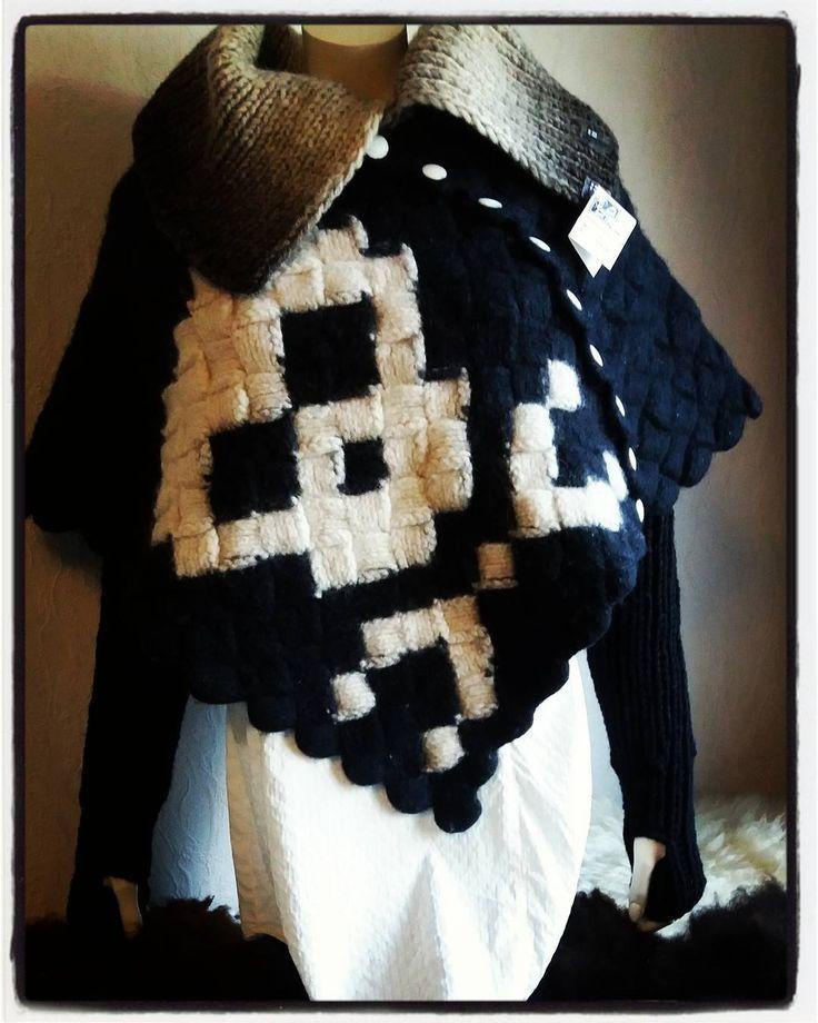 #design_by_itu #design #byitu #poncho ja #hihaset #rannekkeet #ranteenlämmittimet #pääkallo #käsinneulottu #neuleponcho #huovuettuponcho #kotimainen #käsityö #sinivalkoinenkädenjälki #sinivalkoinenjalanjälki #avainlippu #avainlipputuote