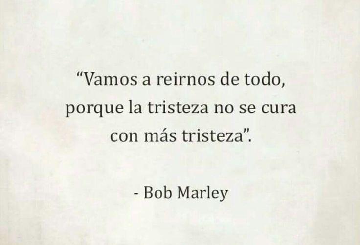 Vamos a reírnos de todo, porque la tristeza no se cura con más tristeza. Frase para sonreír de Bob Marley.