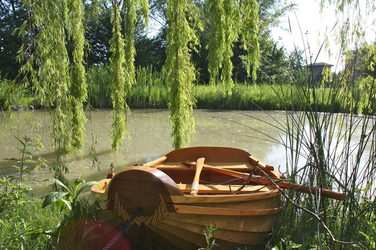in the garden there is a lake and a small boat  www.lagaianabeb.it