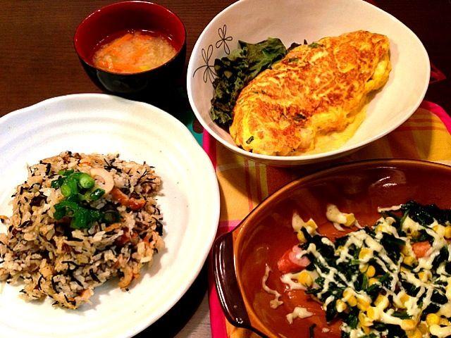 昨日の晩ご飯でリメイク。 おでん➡オムレツ、焼き飯 ほうれん草いため➡マヨのせてオーブンへ - 7件のもぐもぐ - ひじき焼き飯、じゃがオムレツ、ほうれん草コーンマヨ焼き、大根味噌汁 by ririn001