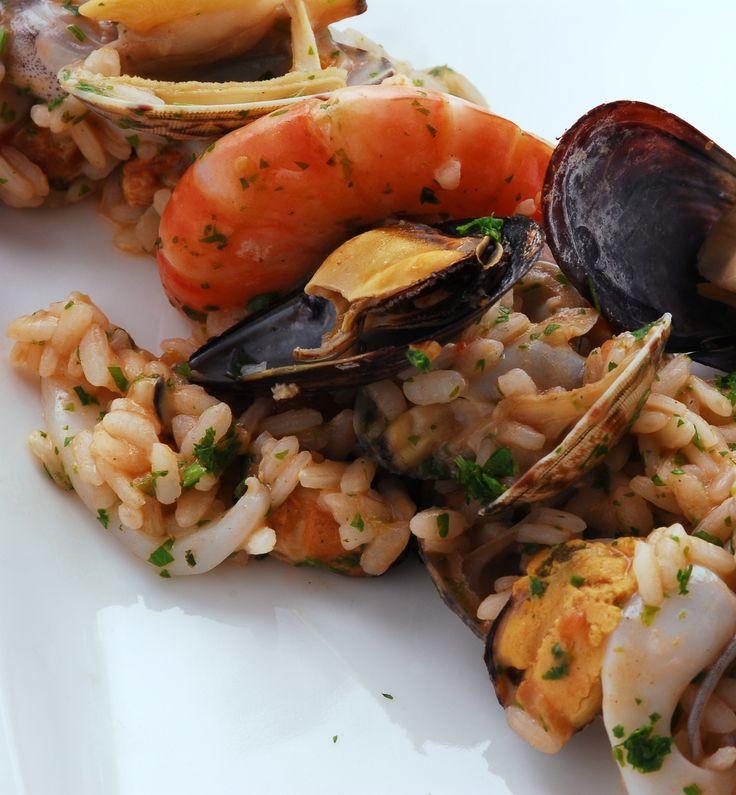 Il risotto alla pescatora è un primo piatto la cui preparazione viene consigliato durante la calda stagione, quando si ha voglia di gustare il pesce.