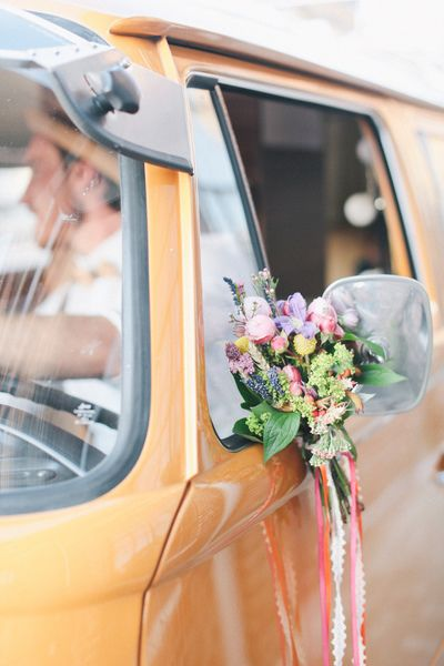 For a wedding car with a cool, beach vibe decorate a camper van with simple posies tied with flowing ribbons. http://www.lilydeluxe.de/service/hochzeiten/autoschmuck/