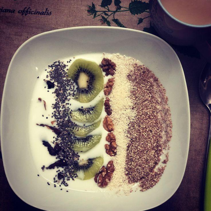 Empieza tu día cuidándote y llenándote de nutrientes !! 🔝, kefir de Cabra ecológico, copos de teff, nueces, kiwi, coco, dátil picado y chía #alimentarse #comomegusta #desayunarsano #buenosdias #goodmorning #bonjour #gutenmorgen #delicious #querico #vitaminas #healthyrecipes #healthybreakfast #teff #datiles #delamataoelbicho