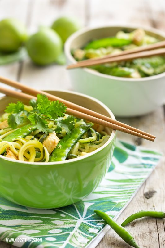 Nicest Things - Food, Interior, DIY: Thai-Zucchinispaghetti mit Pak Choi, Erbsen und gebratenem Tofu