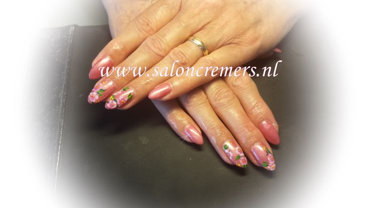 oud rose amandelvormige nagels met lente print bloemen vrolijk nail art flower nails almond shape