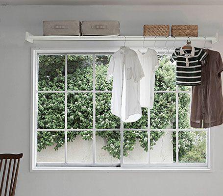 物干しと収納が窓際にあるくらし