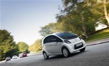 """Osiągając prędkość 130 km/h oraz przy zasięgu 150 km, Citroën C-Zero idealnie pasuje do naszych codziennych """"podróży"""". Nie wspominając już o łatwości prowadzenie tego pojazdu – potrzebujemy tylko gaz i hamulec. Uruchamiając samochód  jedynym dźwiękiem jaki słyszymy to wdzięczny sygnał kontrolki start. Dowiedz się więcej na oficjalnej stronie tego modelu: http://www.citroen.pl/home/#/citroen-c-zero/"""