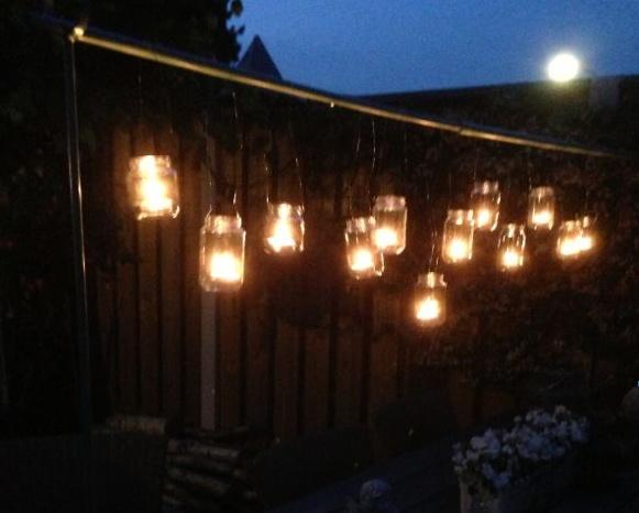 Lange zwoele zomeravonden met waxinepotjes aan DE tafelklem van deens.nl eigen label #deensnl