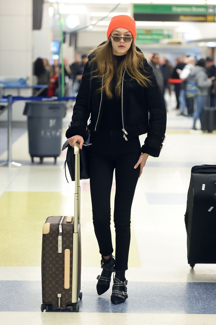 Gigi Hadid knows how to look fashionable while staying comfortable at the airport!