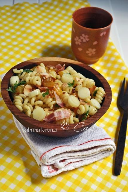 Insalata di pasta con peperoni, bacon e formaggio