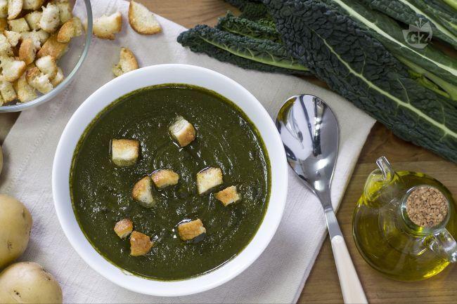 La vellutata al cavolo nero è un piatto caldo, adatto all'inverno, delicato, gustoso e corroborante!