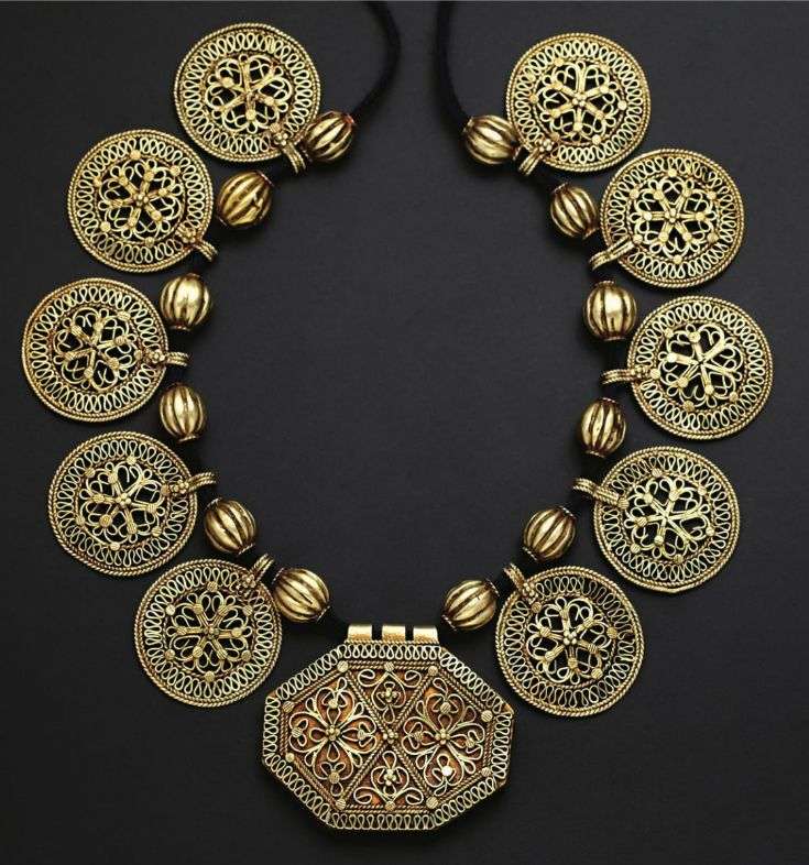 Indonesia | Child's amulet container and necklace ~ ajeumat, bieng meuih ~ gold, silver | Aceh | 18th - 19th century ||| Source; http://issuu.com/edmbooks/docs/preview_gold_jewellery