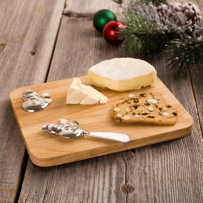Serve your guests in style this season with the Christmas Icon Oak Cheese Board. The serving board comes with a festive metal spreader, perfect for your holiday gatherings