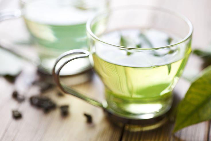 El té verde, es considerada una de las bebidas más saludables, contiene más antioxidantes que los otros tipos de té; y también ayuda a bajar de peso.
