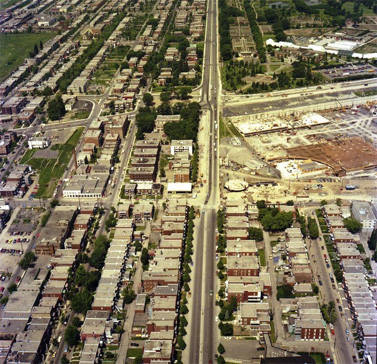 Vue aérienne du boulevard Pie-IX pendant la construction de la station de métro au coin de l'avenu Pierre-De Coubertin (1975)