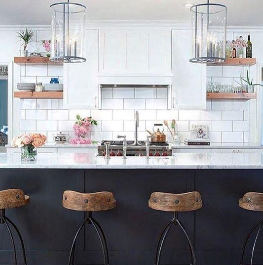 Faïence blanche, placards gris anthracite et vieux bois. Encore une cuisine extramoderne et terrible... - Instagram