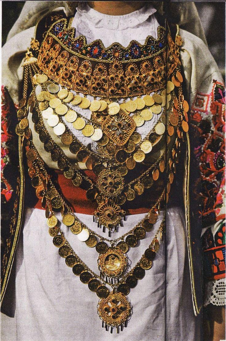 Αττική-τα κοσμήματα της νυφιάτικης φορεσιάς.Τα κουστέκια του τζάκου είναι ασημένιες πόρπες που χρησίμευαν για να κλείνει ο τζάκος κάτω από το στήθος.Το μικρό γιορντάνι είναι κόσμημα για το λαιμό και αποτελείται από 12 έως 19 κομμάτια, από τα οποία κρεμόταν φλουριά και ήταν επενδυμένο εσωτερικά με ύφασμα. Το μεγάλο γιορντάνι ήταν στολίδι για το στήθος.