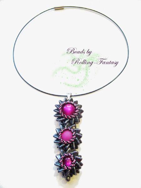 Blüten-Collier aus Perlen in Fuchsia und Schwarz von Beads by Rolling-Fantasy auf DaWanda.com