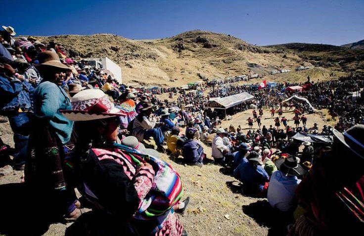 """30-метровый подвесной мост над рекой Апуримак в регионе Куско, Перу, сделан из традиционной веревки ручной работы, поэтому его приходится возводить заново каждый год. Около тысячи жителей деревень ежегодно собираются на трехдневное мероприятие, во время которого """"сносят"""" старый мост и """"строят"""" новый. Веревки плетутся прямо на месте из травы. Приходится работать по 12 часов в сутки, чтобы вложиться в трехдневный срок. Этой традиции уже пять веков."""