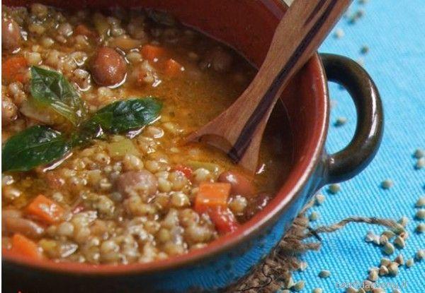 Mettete a scaldare circa 300 ml di acqua con un cucchiaino colmo di dado vegetale bio, in polvere.  Riducete a dadini cipolla, sedano e carota, mondati e lavati. Fatene un soffritto con un cucchiaio d'olio e aggiungete i pelati schiacciati con una forchetta.  Al soffritto dorato, unite il grano lavato sotto acqua corrente e di seguito aggiungete il brodo caldo; lasciate cuocere a fuoco basso. Dopo 15/20 minuti, aggiungete i legumi lessi e un cucchiaio di pesto di basili...