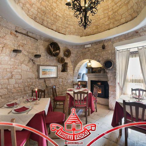 Uno dei simboli della Puglia, le pietre locali sono scrigno di una storia millenaria che narra di uomini, del loro territorio e delle loro tradizioni.  Una storia che rivive ancora oggi a L'aratro, tra i suoi accoglienti ambienti rustici con pietra dove assaporare la cucina di una volta