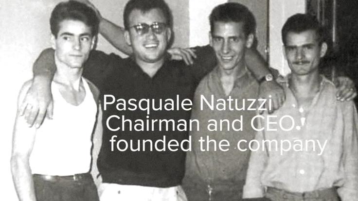 Pasquale Natuzzi, #Presidente e stilista del Gruppo #Natuzzi inizia la sua carriera molto giovane. Figlio di un ebanista, all'età di 19 anni apre un laboratorio artigianale a Taranto dove con 3 collaboratori costruisce #divani e #poltrone per il mercato locale.    Nel 1967, a Matera, Pasquale Natuzzi avvia la produzione di divani e poltrone a livello industriale.