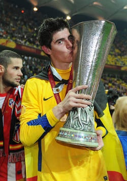 Thibaut Courtois with Europa League Trophy  www.supersoccersite.com