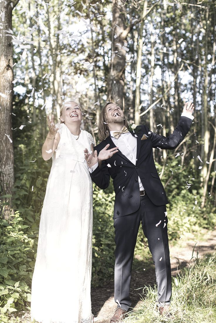 WEDDING COUPLE PHOTOGRAPHY - inspiration - woods - happy - surprise - pregnant bride - alternative wedding photo - bride and groom - just married - celebration - white confetti