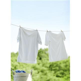 Trucos para blanquear ropa blanca percudida: -Coloca la ropa blanca en un recipiente que contenga agua con jabón neutro, un puñado de sal y el zumo de dos limones. Deja reposar la prenda por 30 minutos, tras el paso de la media hora, puedes lavar normalmente. -Pon la ropa en remojo durante 5 minutos en agua corriente con agua oxigenada y unas gotas de amoníaco. Tras el paso de este tiempo, puedes lavar tu prenda como lo haces habitualmente. pagina 1 de 2
