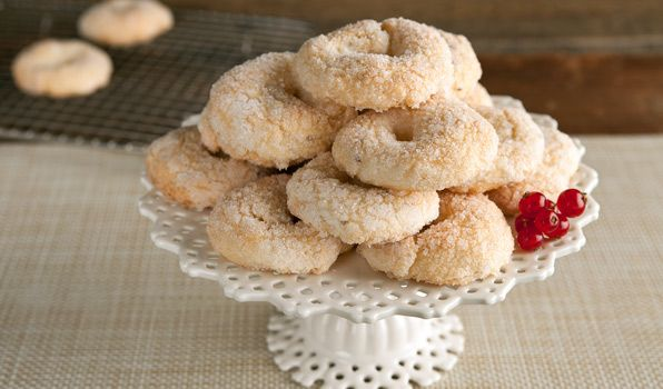 Anise Wine Cookies  These Italian cookies flavoured with anise are like crunchy sugar cookies. They are a delicious treat with a cup of coffee or a glass of wine.   INGREDIENTS 1 tsp. anise seeds 1 cup white wine 3 1/2 cups all purpose flour 2 tsp. baking powder Pinch of salt 3/4 cup sugar 1/2 cup sunflower oil Sunflower oil, for brush