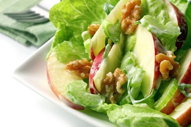 Esta ensalada de lechuga con manzana y nuez es fresca y deliciosa con el aderezo de naranja.