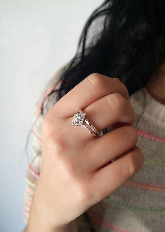 0.25ct Emerald cut diamond ring18K White goldCluster