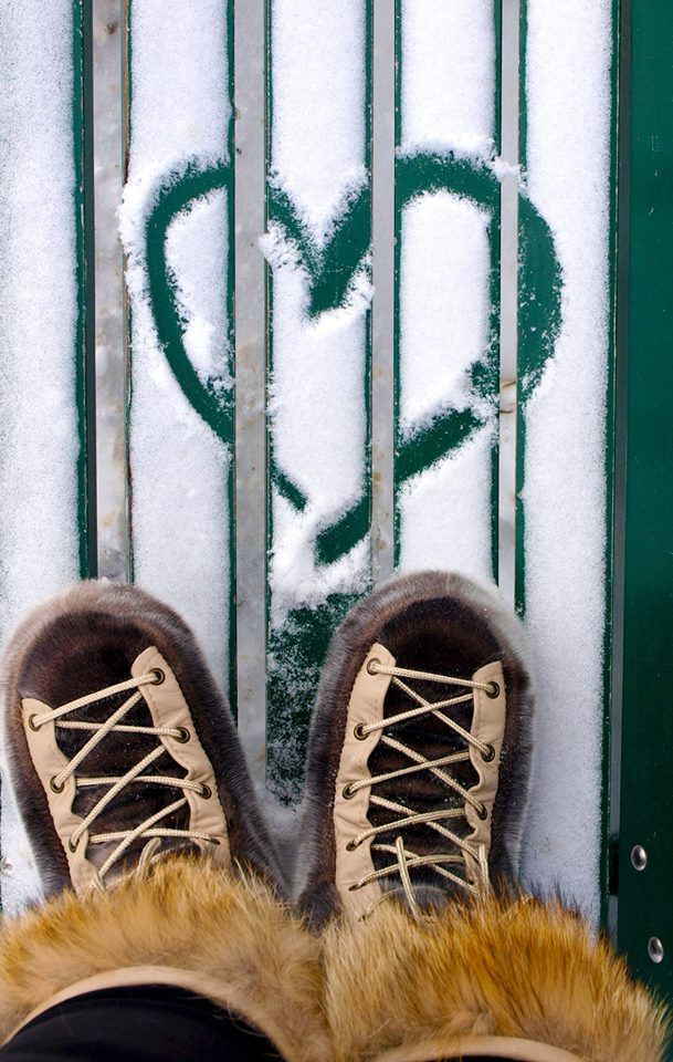 St-Valentin hivernale, confortable et au chaud grâce aux produits de Fourrures Grenier. / Winter-flavored Valentine's Day, comfortable and warm, thanks to Fourrures Grenier.   Bottes en fourrure naturelle de loup-marin et garniture de coyote. / Natural seal fur and coyote boots