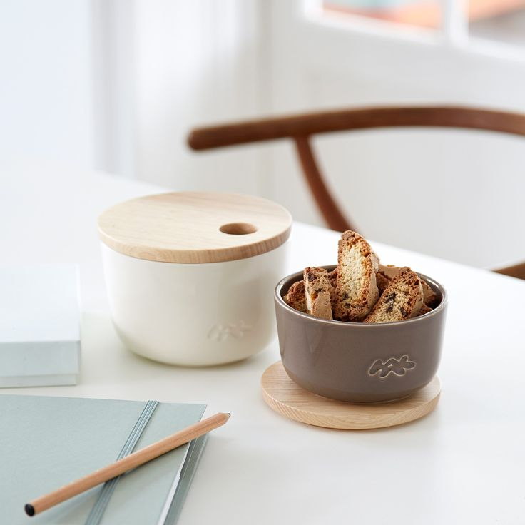 The grains of Unit Miniatures' wooden lid are accentuated by the beautiful mocha colour.