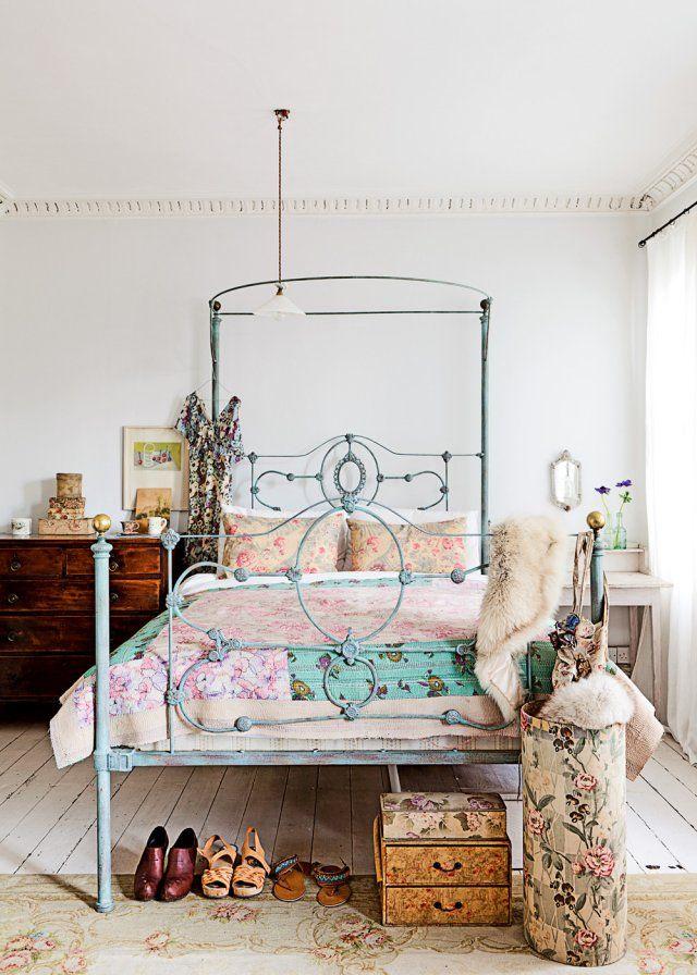Une chambre blanche à l'esprit floral