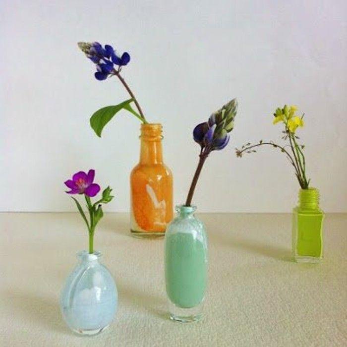 des flocons de vernis à ongles vides repeints, petit vase coloré