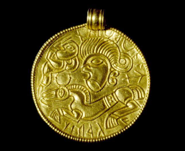 Brakteat der viser Odin og hans ottebenede hest Slejpner. Odin and his eight legged horse Sleipner