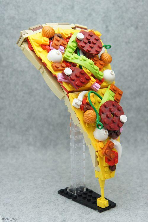 """坂井直樹の""""デザインの深読み"""": レゴブロックから作られた食品の中でもおいしそうな「ピザスライス、お弁当箱、ジャンクフード、さらには果物や野菜」まで多くの食品をカバーしているが、中でも天ぷら丼は秀逸だ!"""