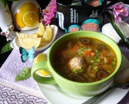 РУБРИКА «ВКУСНЯШКИ ИЗ МУЛЬТИВАРКИ»  Суп а-ля солянка с чечевицей  Ингредиенты:  для супа:  - чечевица красная (колотая) — 0,5 стак.  - лук репчатый — 1 шт.  - морковь — 1 шт.  - капуста белокочанная — 100 гр.  - огурец солёный — 100 гр.  - картофель — 2 шт.  - маслины — 10 шт.  - каперсы — 1 ст. л.  - соль — по вкусу  - томаты в собственном соку — 2 ст. л.  - масло растительное — 2 ст. л.  - вода (кипяток) — 1,7 л.  - перец чёрный — по вкусу   для фрикаделек:  - индейка (филе) — 250 гр…