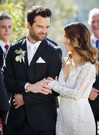 Home And Away's Zac and Leah get married - lovely dress