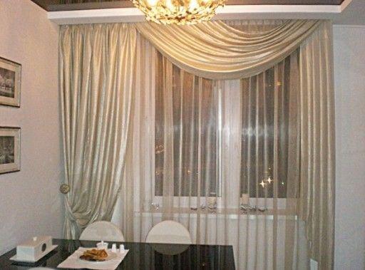 Классические шторы для кухни с мягким ламбрекеном удивляют тяжелыми волнами ткани